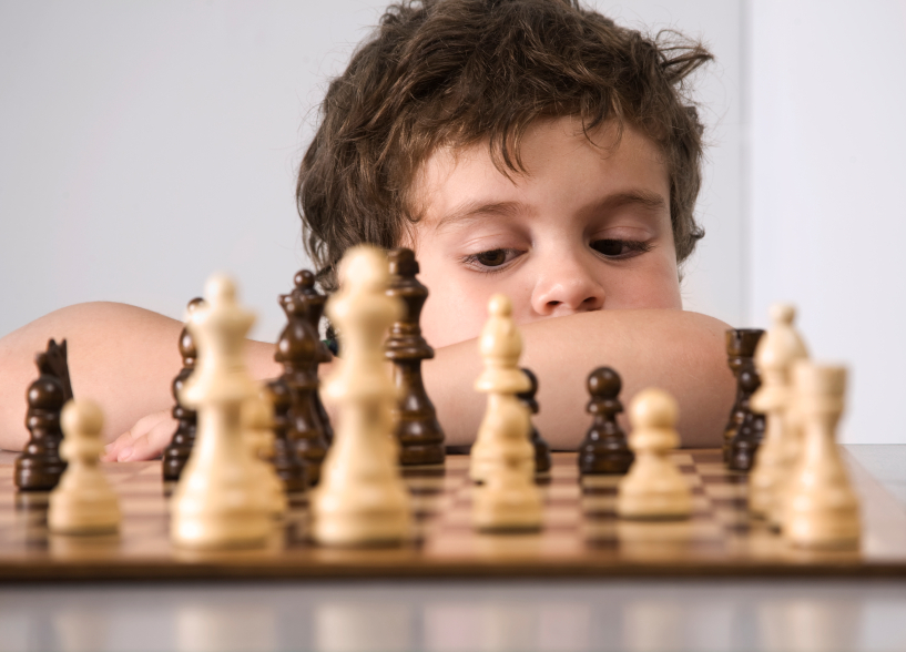 Satranç oynayan çocuk
